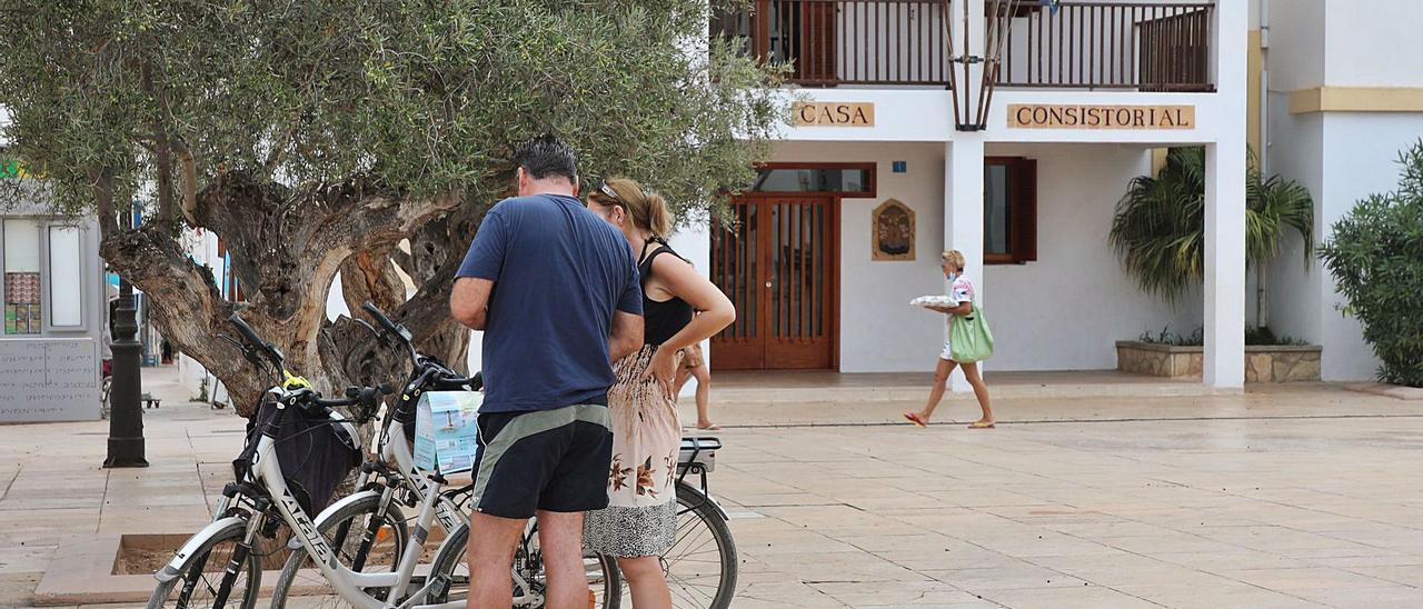 Una pareja de turistas consulta un mapa sobre sus bicicletas en la plaza de Sant Francesc, Formentera. | C.C.