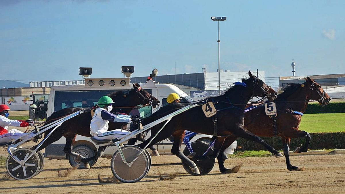 Guacamole (5) aguantando el pulso a Grec de Llevant (4) y Gin Tonic Durán en el 'Derby dels 4 Anys'