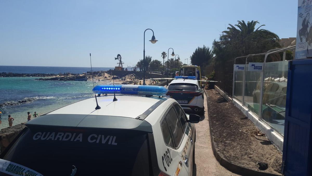 Vehículos de la Guardia Civil en Costa Teguise tras la llegada de la patera.