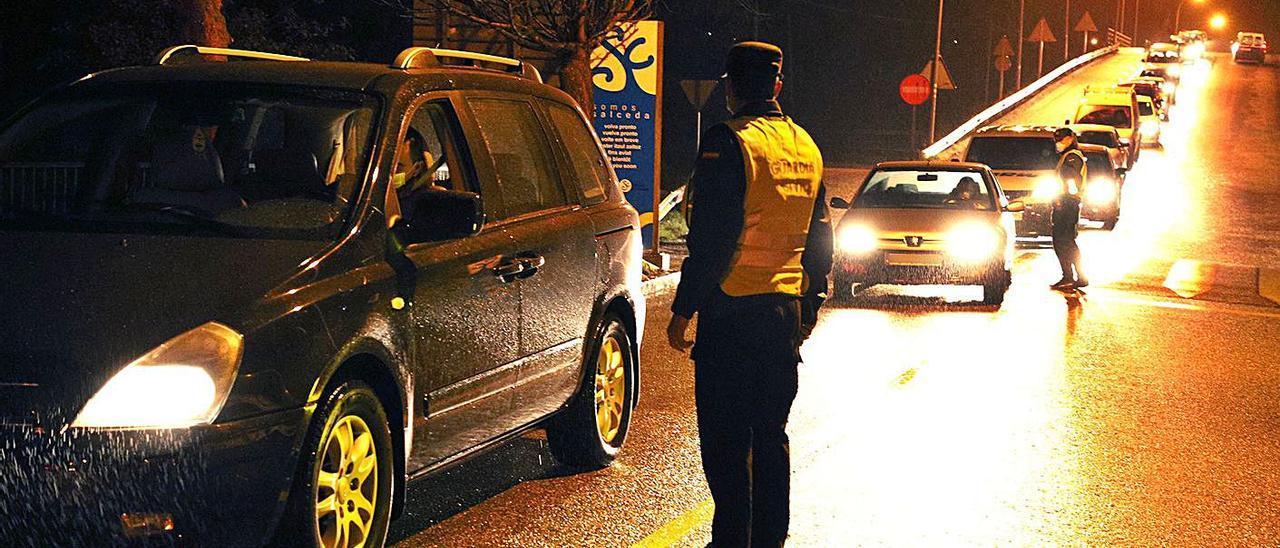Control de la Guardia Civil en el acceso a Salceda de Caselas. |   // D.P. / XANK PENABELLA