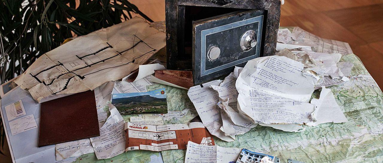 La caja fuerte, junto a parte de su contenido, ayer, en Diario de Ibiza.