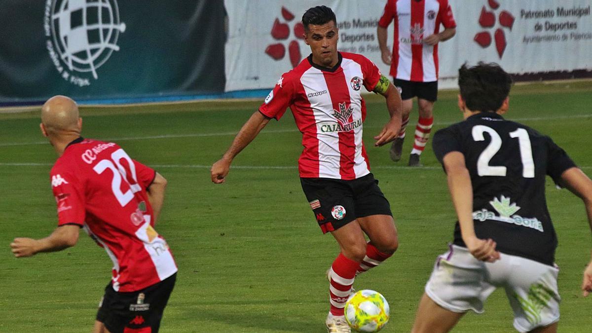 Dani Hernández controla el balón en el encuentro de play-off ante el Numancia B. | J. L. F.