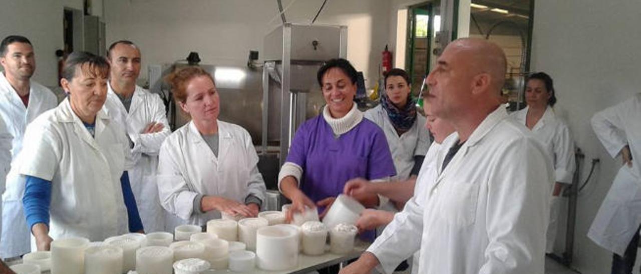 Isidoro Jiménez explica detalles de la elaboración del queso a los alumnos.