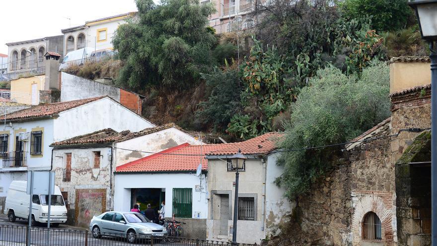 La lluvia provoca la caída de rocas de un talud en tres viviendas de Plasencia