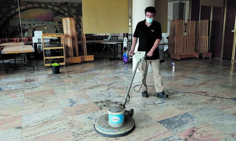 Un operario pule los suelos del Hotel Bahía, que ultima su reapertura