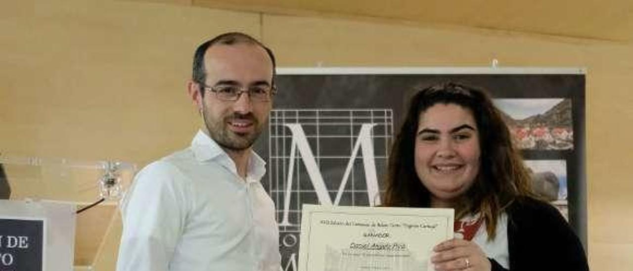 Daniel Angulo, ayer, recibiendo en la Casa de Cultura su diploma de manos de la concejala Itziar Vicente.