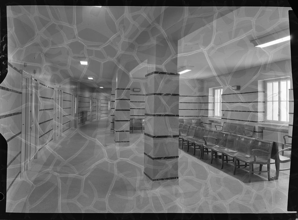 Sala de espera con bancos corridos y paredes forradas de madera.jpg