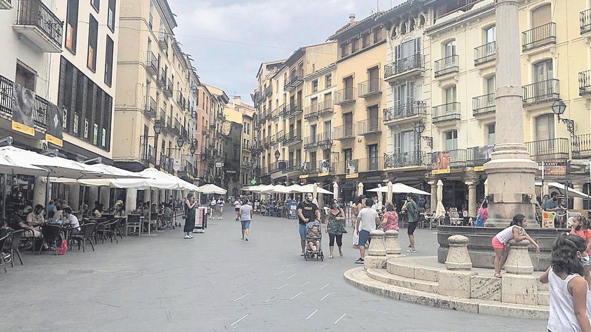 Las terrazas de la plaza del Torico, en Teruel, llenas de gente este verano.