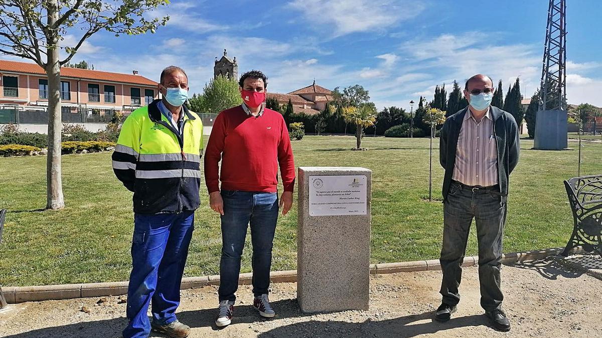 El alcalde, el concejal de Medio Ambiente y el responsable de jardinería del ayuntamiento junto al monolito.   M. J. C.