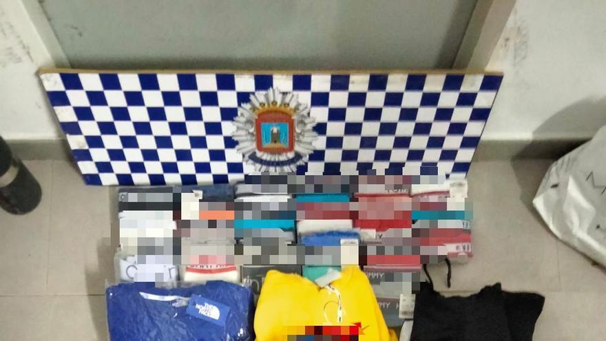 Intervienen en Lorca 1.900 prendas falsificadas dispuestas para la venta en el mercado de Purias