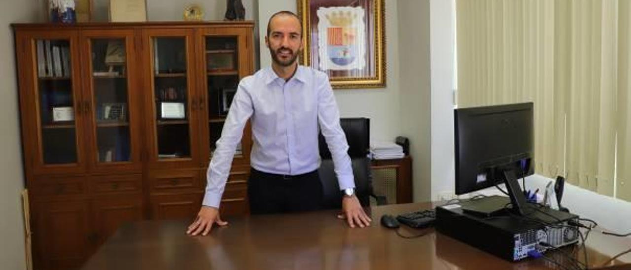 El alcalde de Almoines, de Units x Almoines, ayer, en su despacho de alcaldía del ayuntamiento.