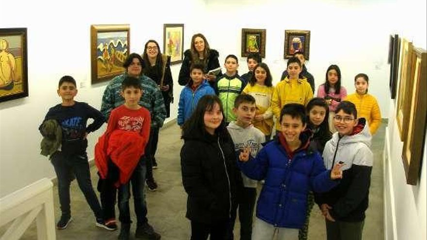 Visita de escolares a la muestra de Mallo y Seoane en Lalín