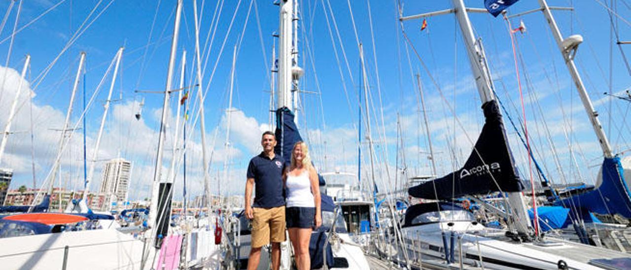 Steve y Teresa Arnold, en la cubierta de su velero, 'Magritte', atracado en el pantalán K del Muelle Deportivo.
