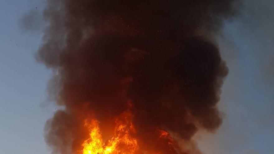 Una gran columna de humo originada por dos incendios en Cullera levanta las alarmas en la Ribera