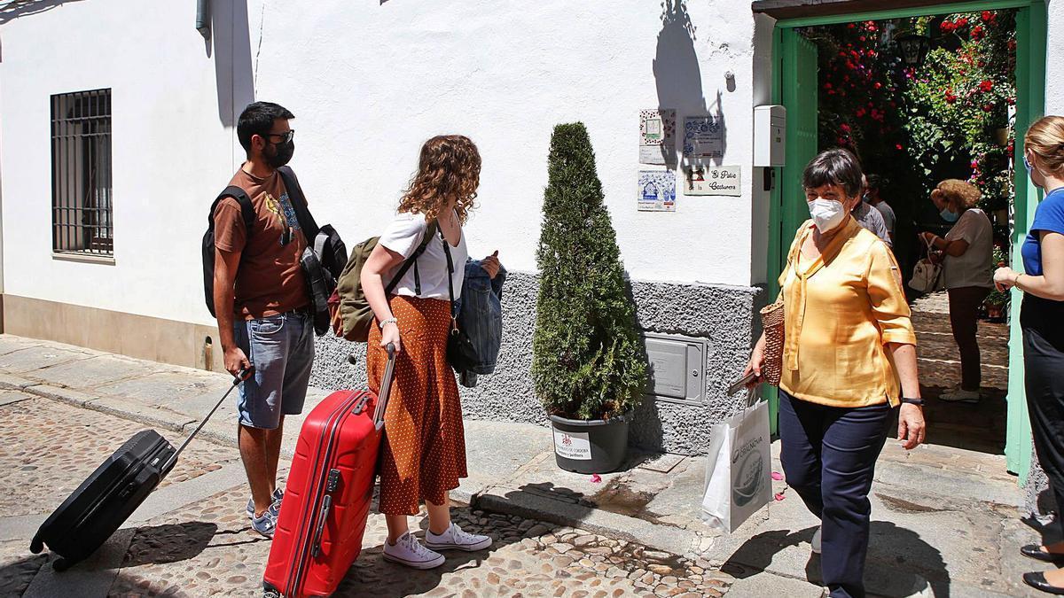Turistas llegan a Córdoba para el primer fin de semana de Los Patios.    MANUEL MURILLO