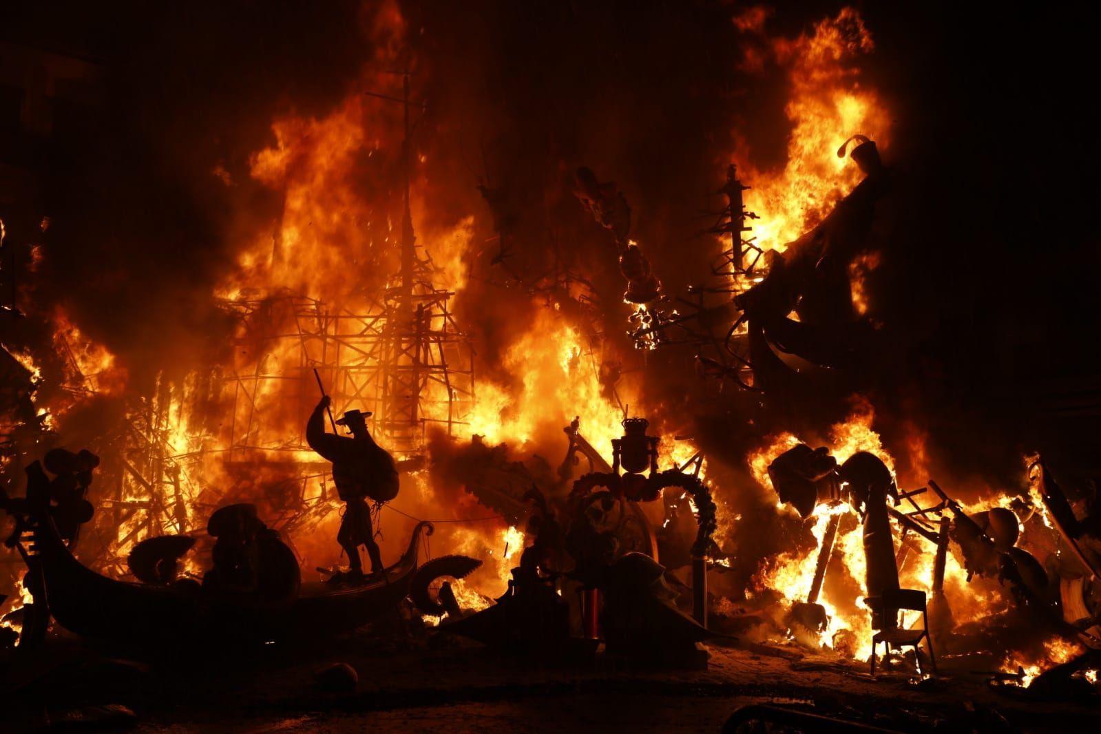 Así ardieron los monumentos más icónicos de las fallas del COVID