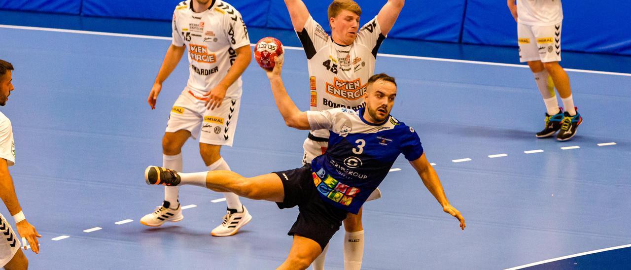 Un lance del partido de ida de la EHF European League entre el BM Benidorm y el Fivers de Viena