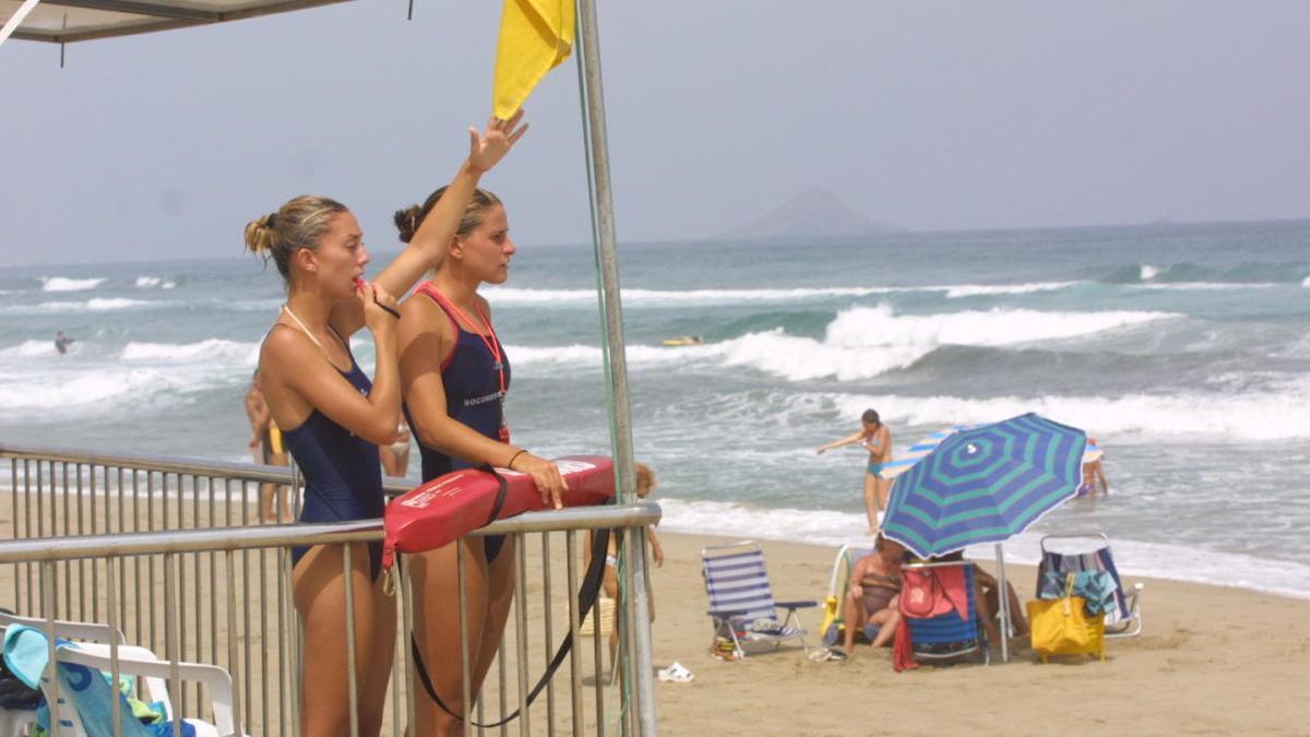 Las playas de la Región abren con 12 banderas amarillas