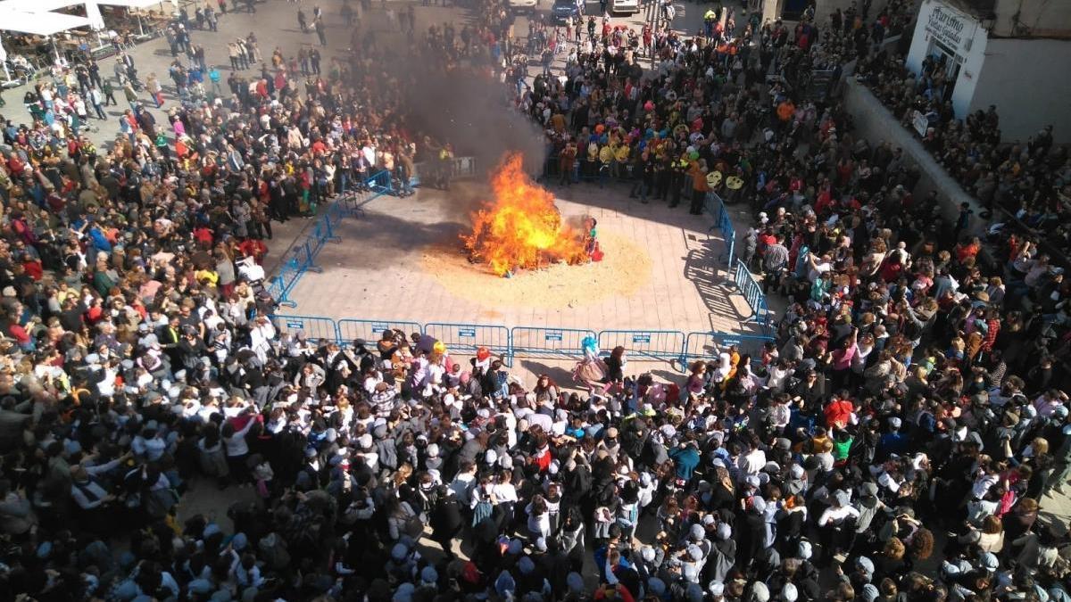 La quema del pelele da paso tres días de carnaval en Cáceres