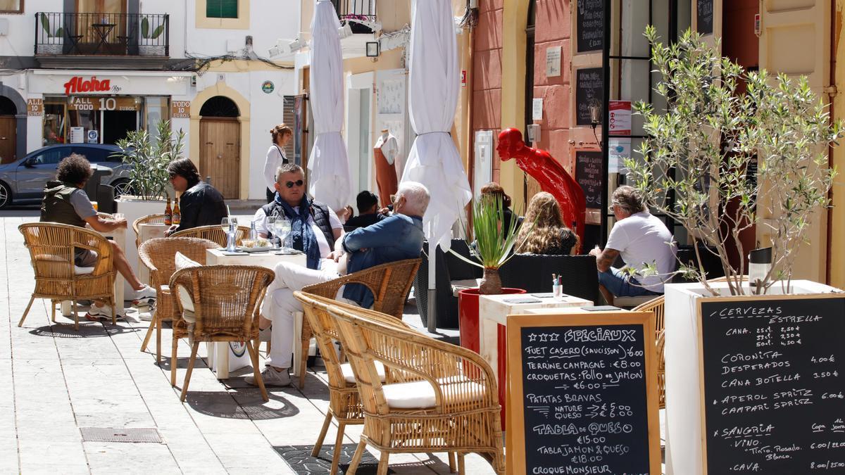 Clientes en una terraza de Eivissa la pasada Semana Santa.