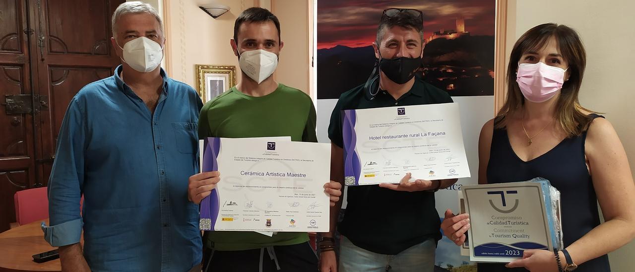 Entrega de los sellos de calidad turística en Biar a cargo de la alcaldesa Magdalena Martínez y el concejal de Turismo, Roberto Díez.