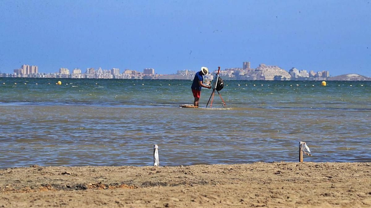 Un señor pintando en el Mar Menor (Los Urrutias)
