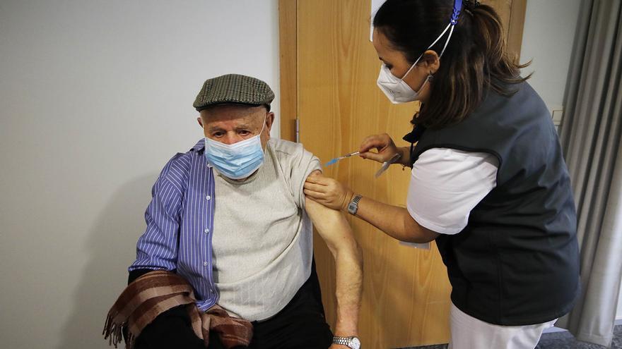 El Sergas inicia la vacunación de 34.432 mayores de 80 años en 21 centros del área