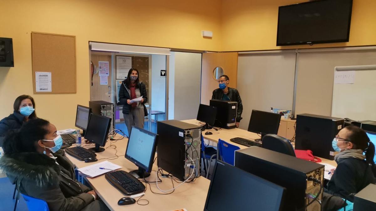 Asistentes a un curso de alfabetización digital para padres de alumnos, este mes, en Cambre.  // La Opinión