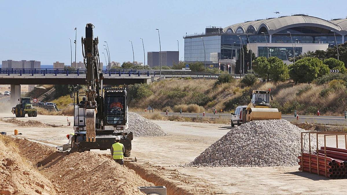Operarios trabajando en las obras de acceso al aeropuerto este octubre.