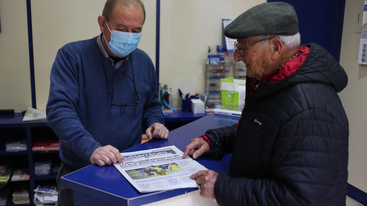 Juan Blanco vende un ejemplar de Mediterráneo a uno de sus clientes más fieles.