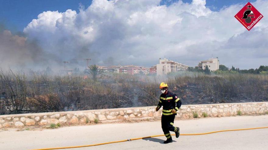 Los bomberos sofocan con rapidez un incendio de matorral en la entrada a Dénia