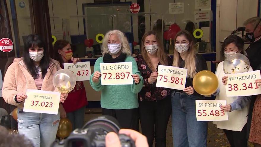 Lluvia de confeti en Doña Manolita al repartir 8 millones con 'el Gordo'