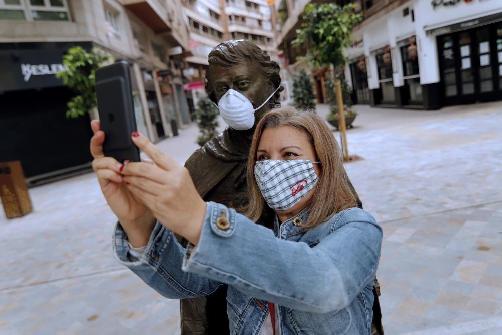Una joven se hace un selfie con el Sardinero