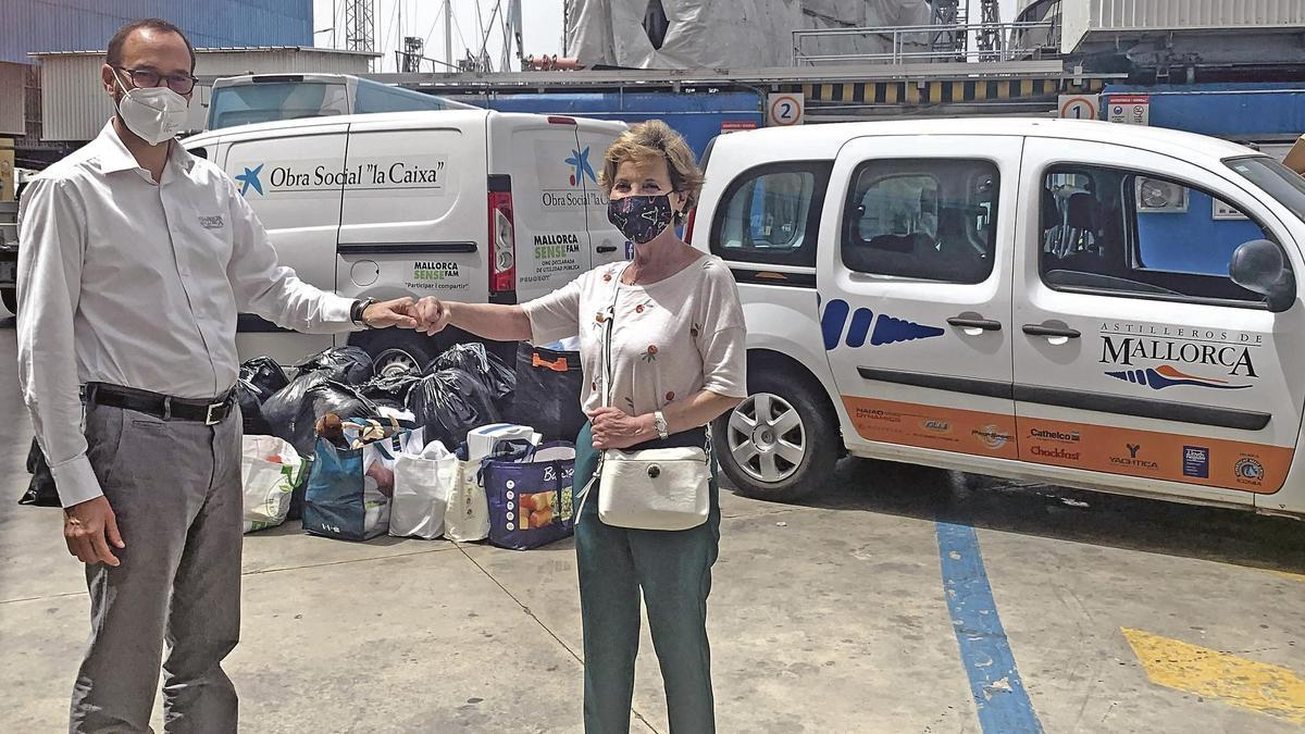 Carlos Morales, director general de Astilleros de Mallorca y Cati Aguiló, presidenta de Mallorca Sense Fam, en una de las entregas quincenales de material y alimentos a la organización que ayuda a miles de personas desfavorecidas