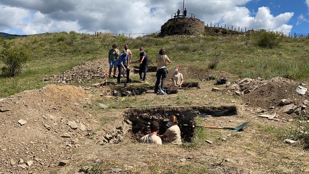 Equip d'arqueòlegs treballant als sondejos a l'entorn del castell de Llívia, amb el director de les excavacions Cèsar Carreras