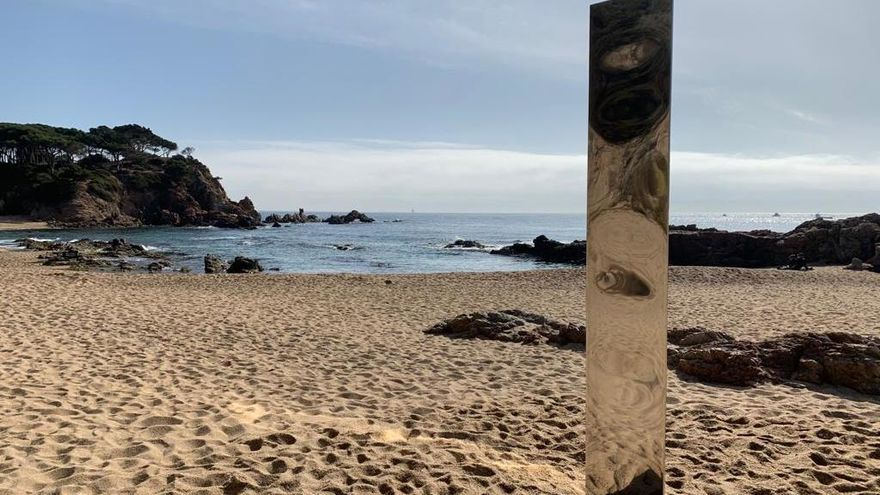 Apareix un misteriós monòlit a la platja de sa Conca