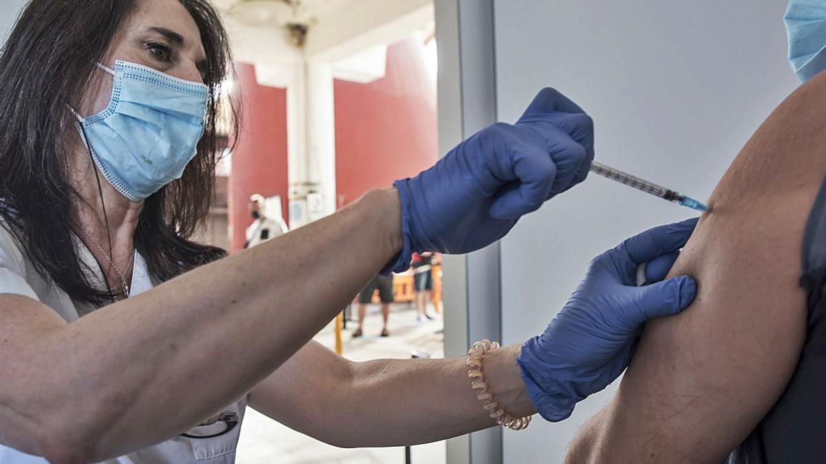 Una infermera vacuna a una dona al Palau Firal de Manresa   ARXIU/OSCAR BAYONA