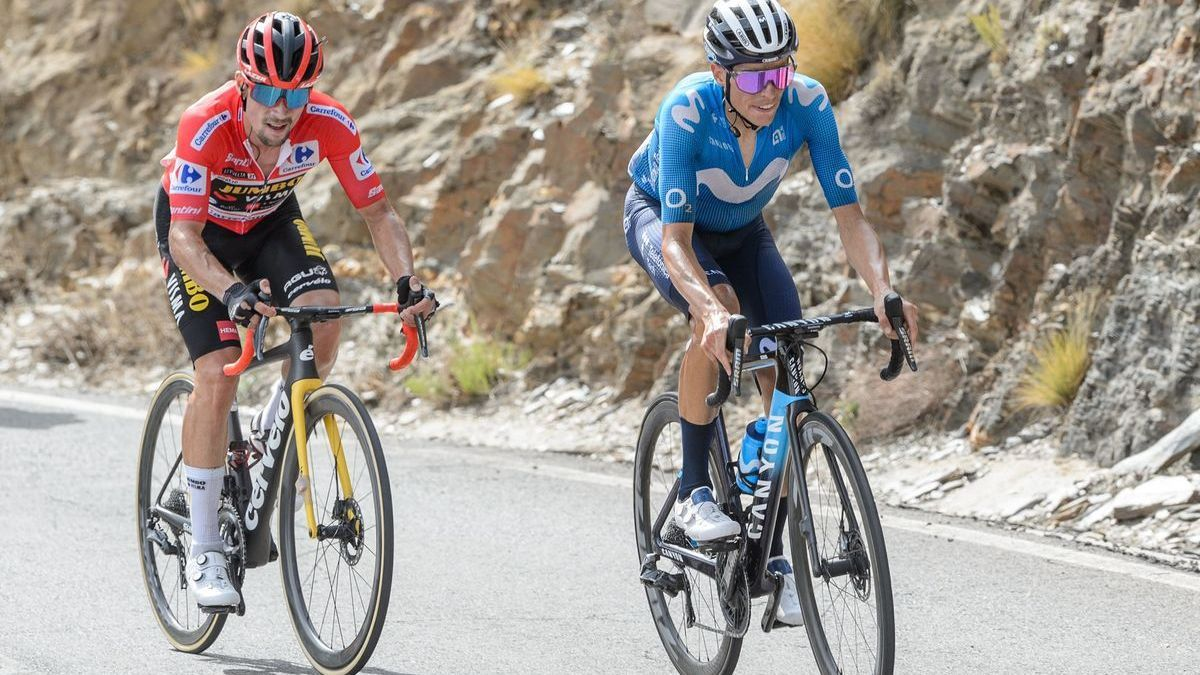 Enric Mas, seguido por Primoz Roglic, en la escalada a Velefique