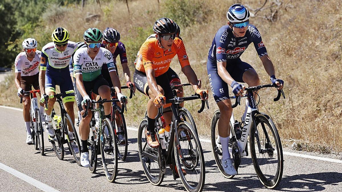 Antonio Jesús Soto, de naranja, en cabeza de la escapada del día de donde salió el ganador de la etapa.   PHOTOGOMEZSPORT