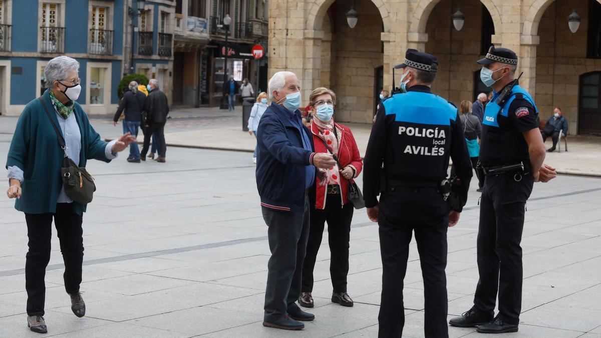 Agentes de la Policía Local, de patrulla en El Parche.