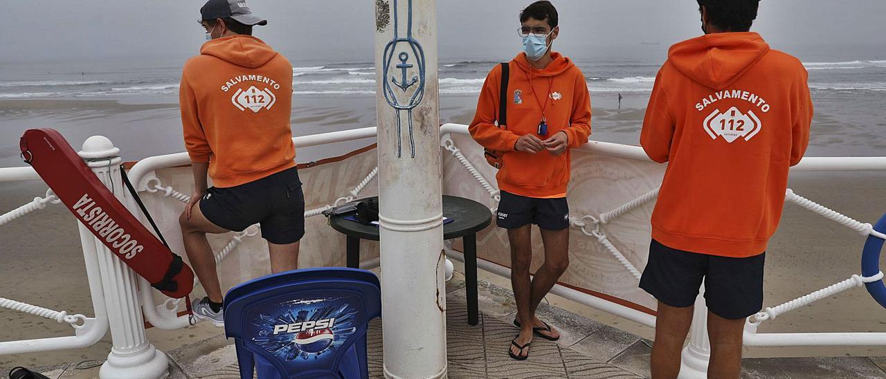 Tres de los socorristas asignados a la playa de Salinas iniciando ayer su jornada de vigilancia. | R. Solís