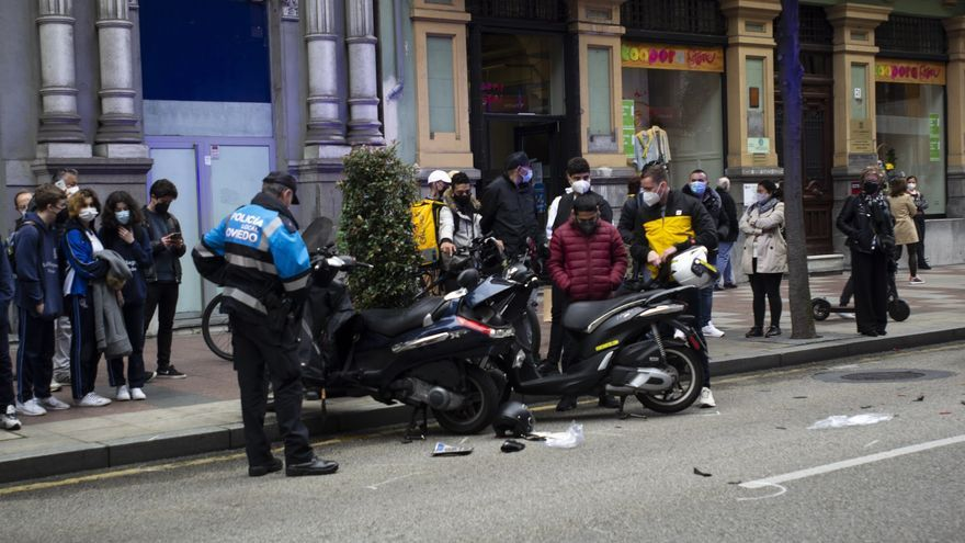 Dos heridos tras chocar con sus respectivas motos en plena calle Uría de Oviedo