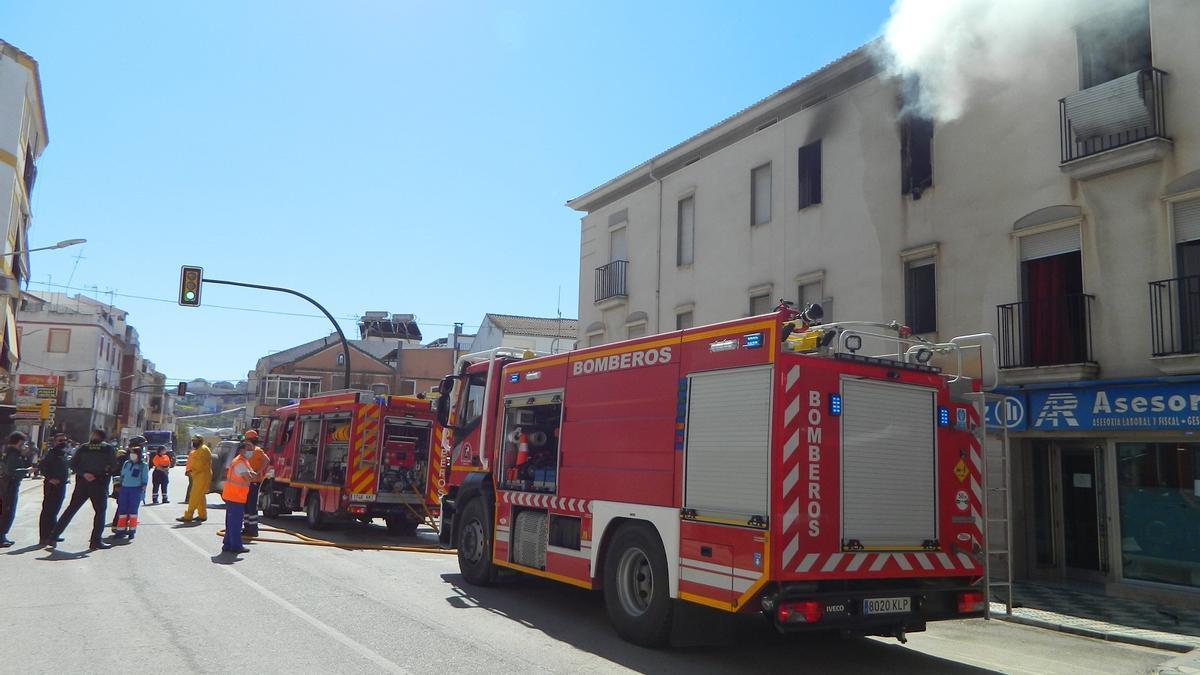 Los bomberos actúan en el lugar del incendio de Rute