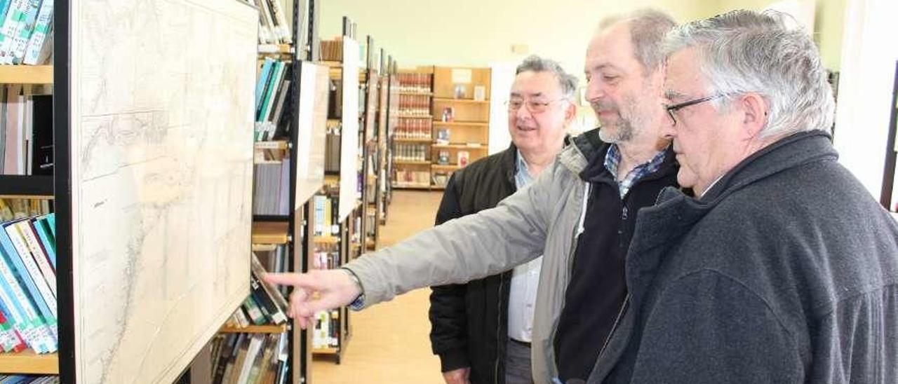 Ovidio Vila y Javier García, de la Fundación Ría del Eo, observando las cartas con Chemi Lombardero.