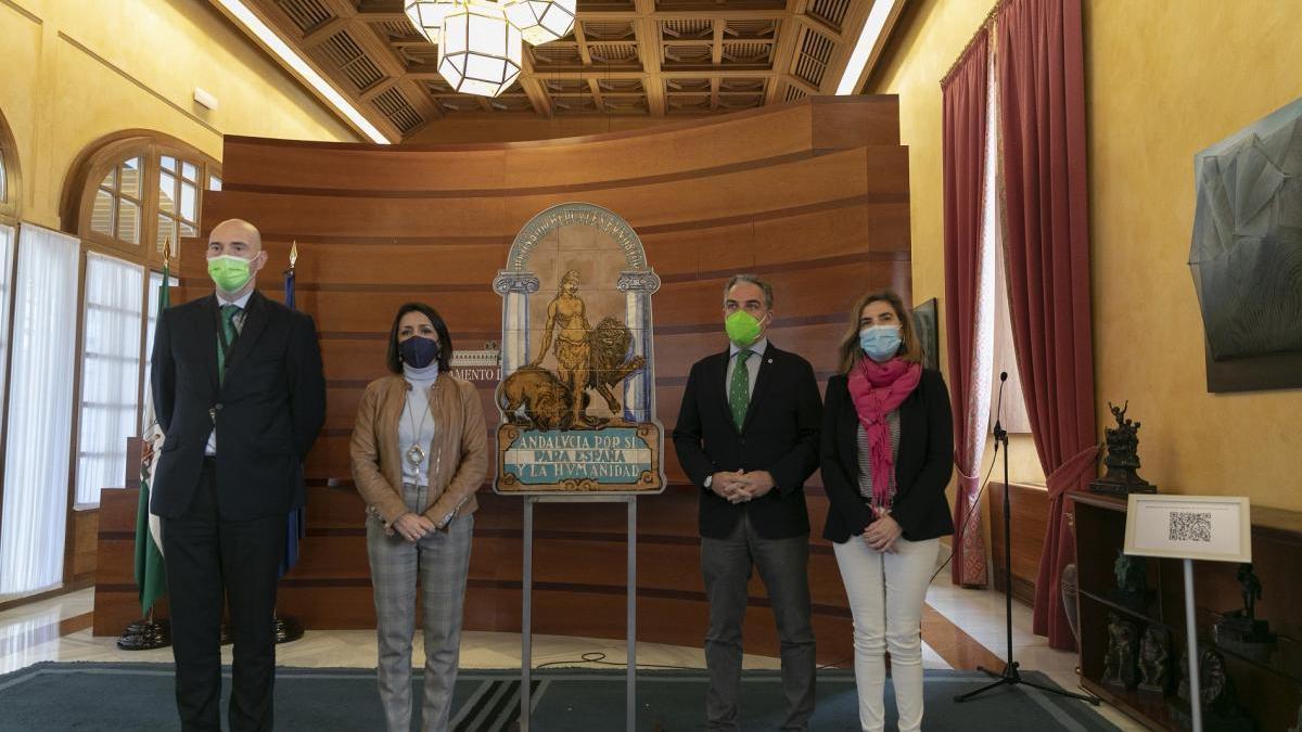 El Gobierno andaluz entrega al Parlamento una réplica del escudo original de la Casa de Blas Infante