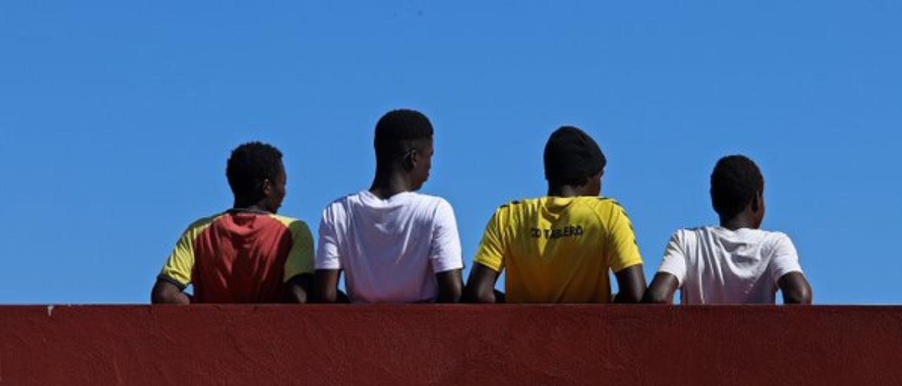 Cuatro menores migrantes.