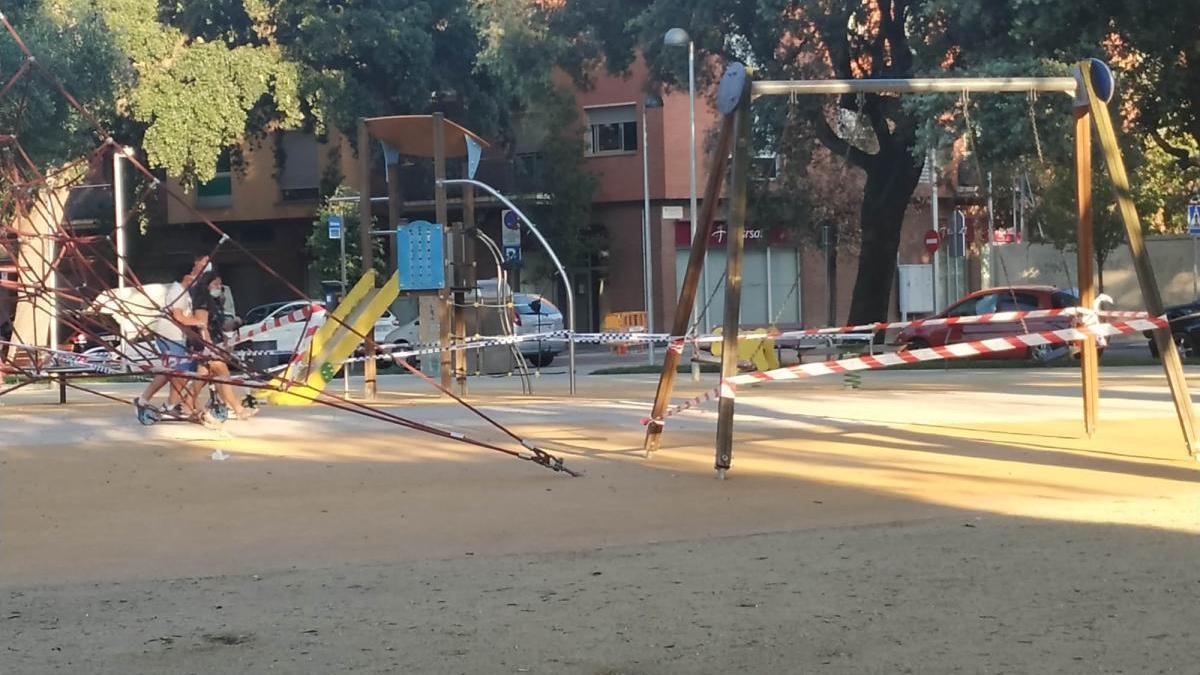El parc infantil de la plaça Tarradellas tancat per seguretat.
