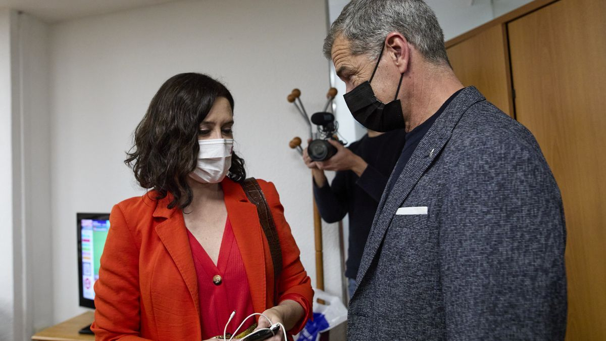 Isabel Díaz Ayuso conversa con Toni Cantó.