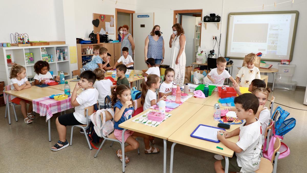 La presidenta del Govern visitant una de les aules del CEIP Ses Cases Noves.