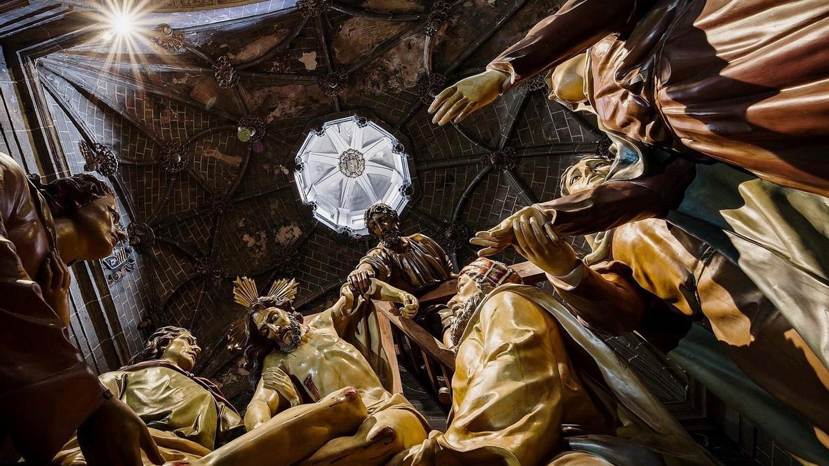Paso de la Semana Santa de Barbastro en el interior de la catedral.